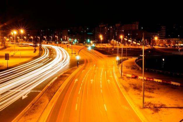Routes de la ville la nuit Photo gratuit