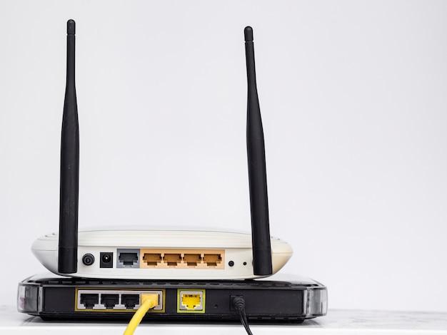Routeurs sans fil empilés les uns sur les autres Photo gratuit