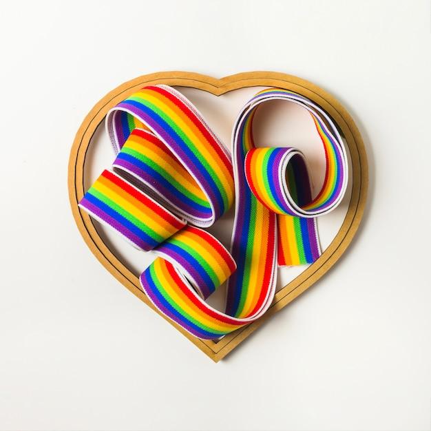 Ruban aux couleurs lgbt parmi le symbole du coeur Photo gratuit