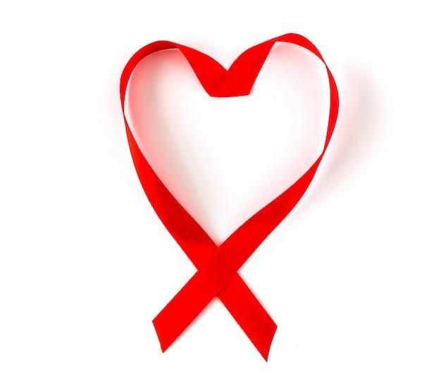Ruban de coeur rouge de sensibilisation au sida isolé sur fond blanc Photo gratuit