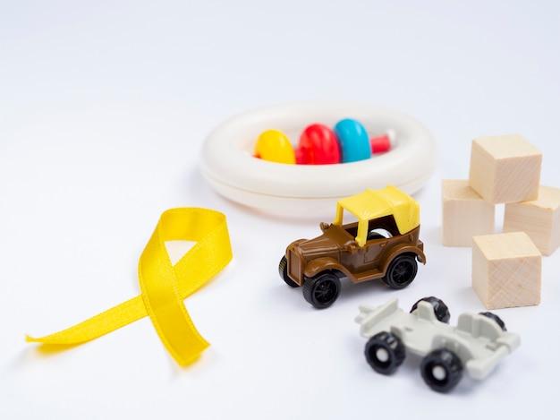 Ruban doré à angle élevé avec arrangement de jouets Photo gratuit