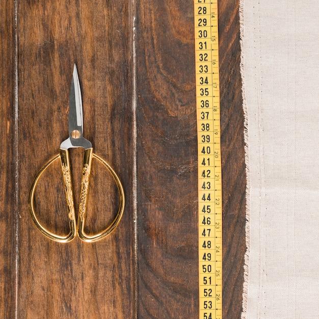 Ruban à mesurer avec des ciseaux Photo gratuit