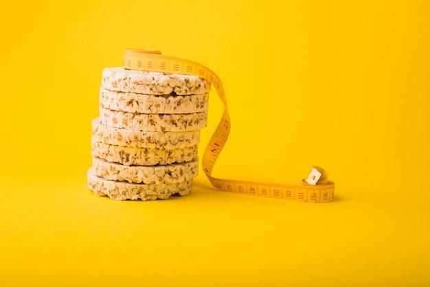 Ruban à mesurer près de pain croquant Photo gratuit