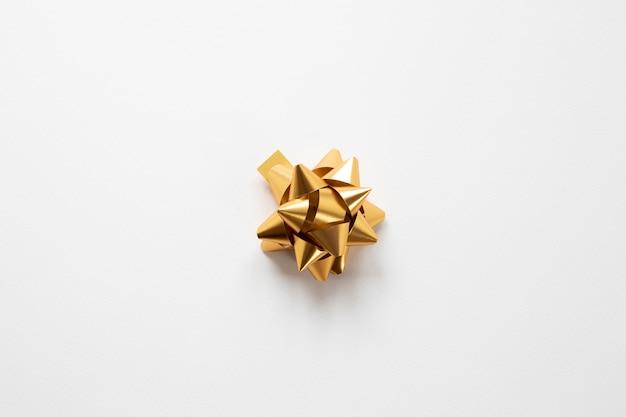 Ruban d'or sur fond blanc Photo gratuit