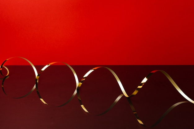 Ruban D'or Sur Fond Rouge Vue De Face Photo Premium