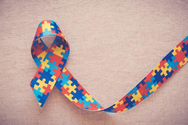 Ruban de puzzle pour la sensibilisation à l'autisme Photo Premium