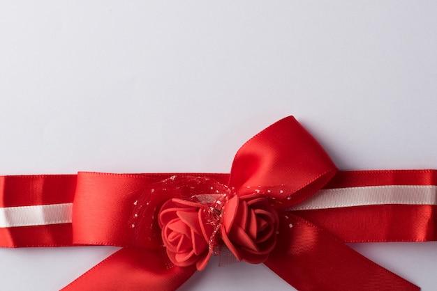 Ruban rose avec du papier blanc Photo gratuit