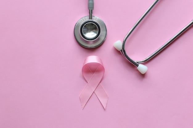 Ruban rose et stéthoscope sur rose, symbole du cancer du sein chez la femme, soins de santé Photo Premium