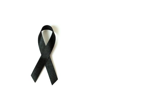 Ruban de sensibilisation noir sur fond blanc. symbole de deuil et de mélanome. Photo Premium
