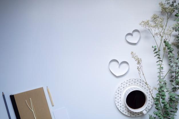 Rubans de cœurs, carnet et café sur fond blanc, saint valentin. Photo Premium