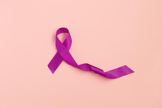 Rubans pourpres tonifiant l'arrière-plan de l'espace de copie, maladie d'alzheimer, cancer du pancréas, sensibilisation à l'épilepsie, maladie de hodgkin Photo Premium
