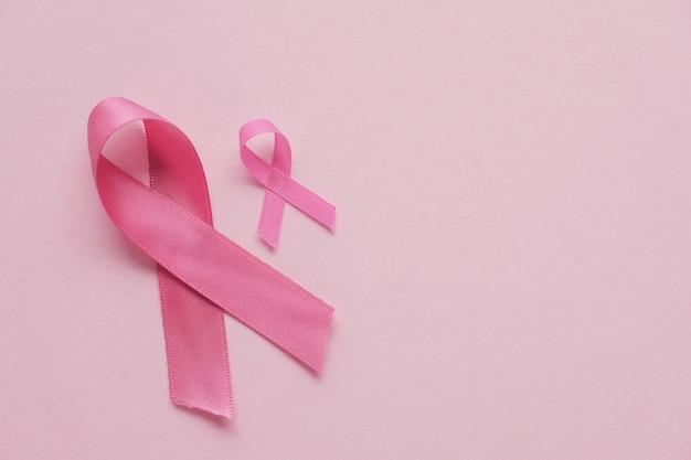 Rubans roses sur fond rose, sensibilisation au cancer du sein et journée d'octobre rose Photo Premium