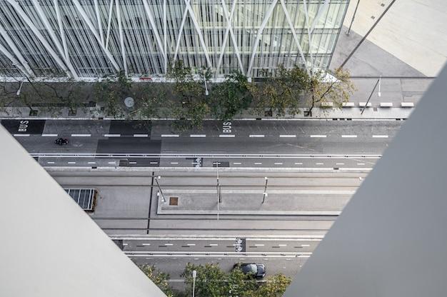 Une Rue Animée De La Ville Avec Des Voitures Et Des Gens, Des Maisons Modernes Et Des Gratte-ciel. Photo Premium