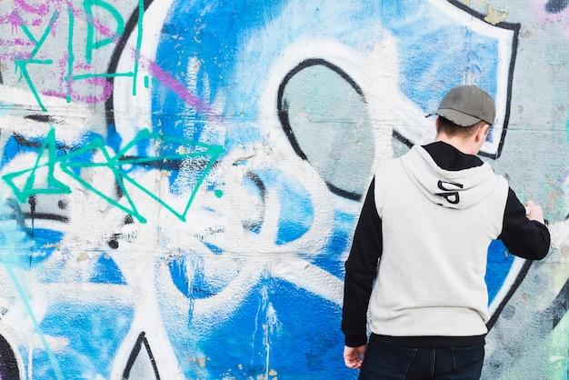 Rue artiste peinture graffiti sur le mur Photo gratuit