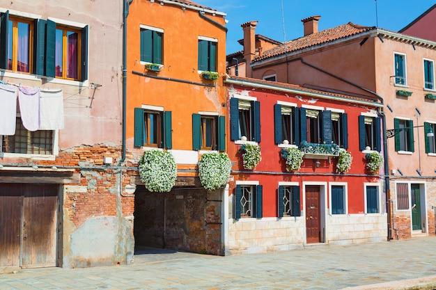 Rue de belles maisons colorées de venise, italie Photo Premium