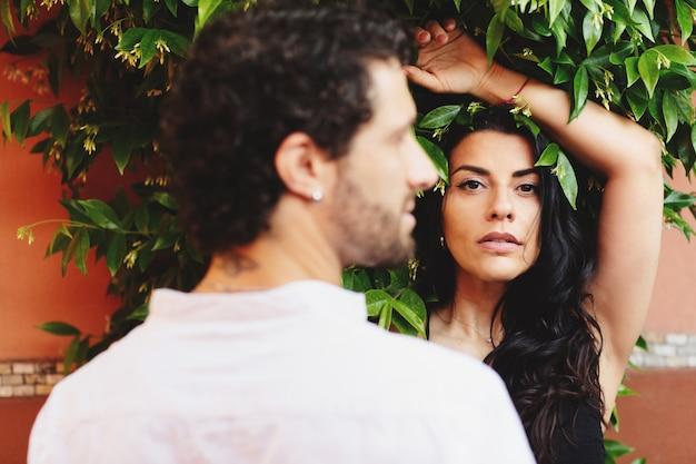 Rue portrait d'une femme sur le fond d'un vert laisse. Photo Premium