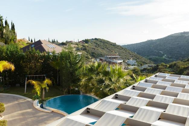 Rue vide au beau et confortable grand jardin sous un beau ciel bleu Photo Premium