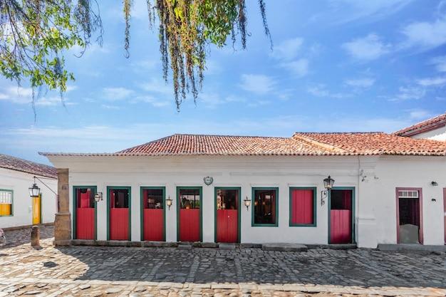 Rue Et Vieilles Maisons Coloniales Portugaises Dans Le Centre-ville Historique De Paraty Photo Premium