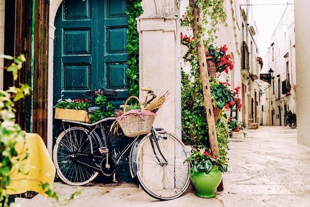 Rues étroites de la belle ville de bari, idéales pour se promener lors de nos tournées en italie. Photo Premium