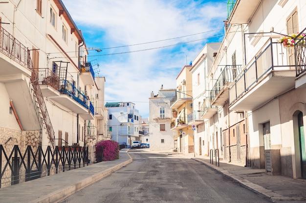Les rues étroites de l'île aux balcons bleus, aux escaliers et aux fleurs. Photo Premium