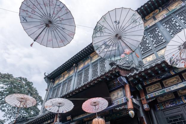 Rues et parapluies de la vieille ville de zhoucun Photo Premium