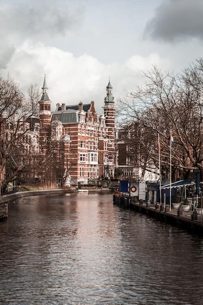 Rues de la ville avec des canaux Photo Premium