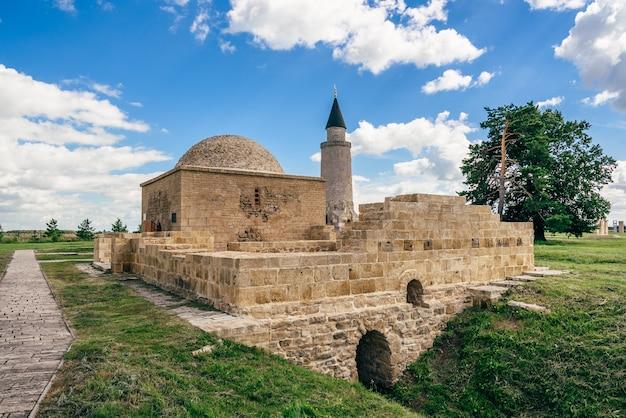 Ruines De L'ancien Tombeau De Khan à Bolghar Hill Fort Et Petit Minaret Sur Fond. Photo Premium