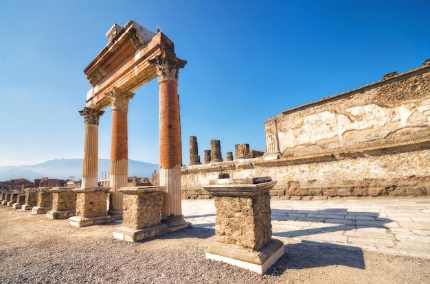 Ruines De L'ancienne Ville Romaine De Pompéi, Détruite Par Le Volcan Vésuve Photo Premium