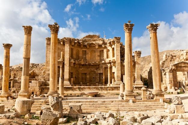 Ruines de nymphaeum dans l'ancienne ville romaine de jerash, jordanie Photo Premium