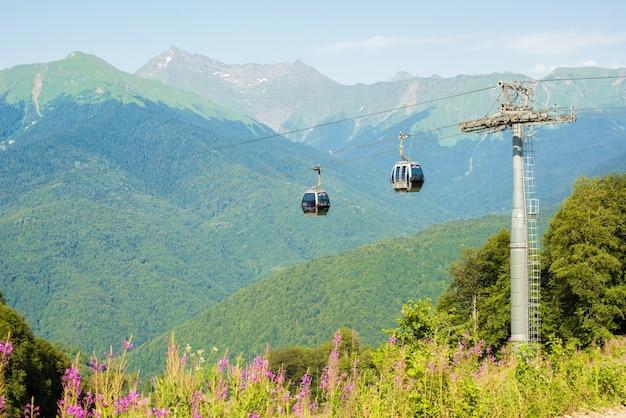 Russie, Sotchi - 30 Juillet 2019: Téléphérique Dans Les Hauts Plateaux Pittoresques à L'été.krasnaya Polyana. Ferme De Roses Photo Premium