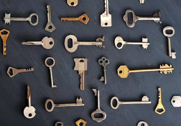 Rusty anciennes clés se verrouille sur fond rustique en bois foncé Photo Premium