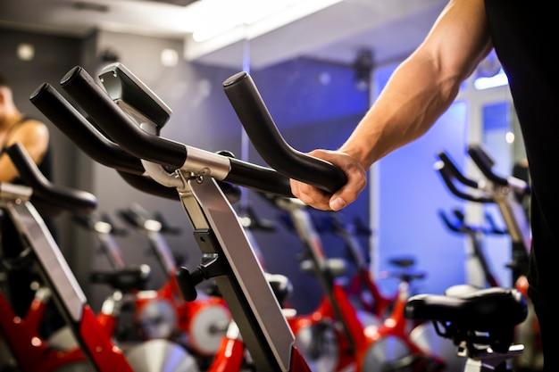 S'entraîner sur le vélo d'exercice Photo gratuit