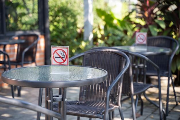 S'il vous plaît arrêter de fumer concept non signe de fumer dans le café aller espace fumeur gratuit Photo Premium