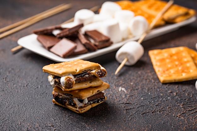 S'mores faits maison avec des craquelins, des guimauves et du chocolat Photo Premium