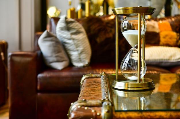 Sable Qui Traverse Les Ampoules D'un Sablier Mesurant Le Temps Qui Passe Dans Le Salon. Photo Premium