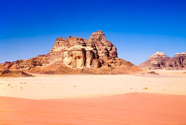 Sables rouges et jaunes dans le désert de wadi rum, jordanie Photo Premium