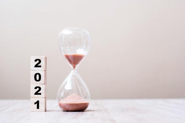 Sablier Avec 2021 Cubes En Bois Sur Table Photo Premium