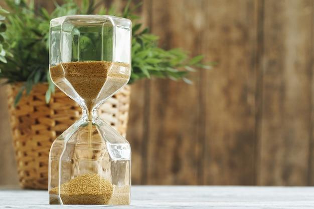Sablier Sur Boulangerie En Bois. Concept De Temps Photo Premium