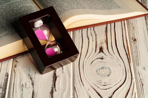 Sablier Sur Table En Bois Avec Livre Ouvert Bouchent Photo Premium