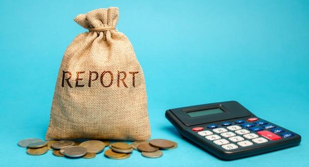 Sac d'argent avec le mot rapport et calculatrice. rapport financier d'entreprise. Photo Premium