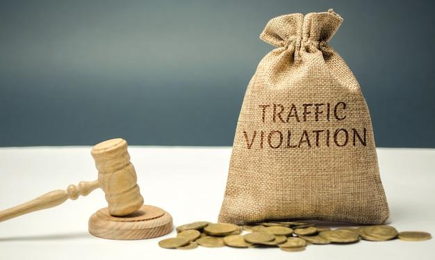 Sac d'argent avec le mot violation du trafic Photo Premium
