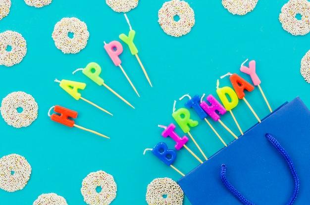 Sac cadeau d'anniversaire avec des bougies Photo gratuit