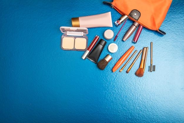 Sac coloré s'épanouissant avec accessoires et cosmétiques Photo Premium