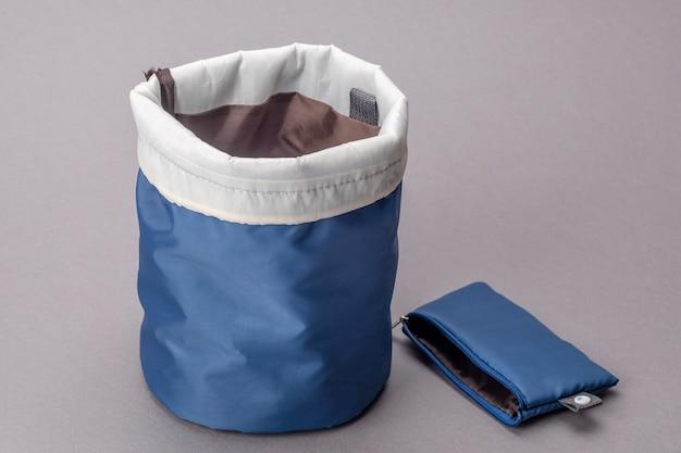 Sac Cosmétique Bleu Isolé Sur Fond Gris Photo Premium