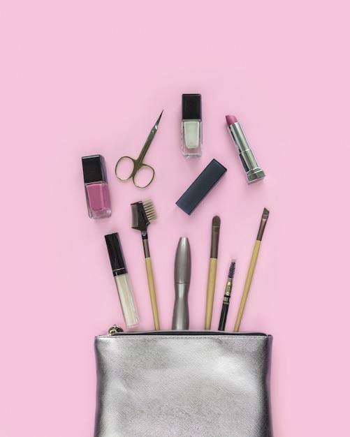 Sac à cosmétiques en argent avec des produits de maquillage, accessoires de beauté pour femme. Photo Premium