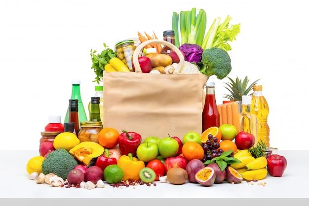 Sac de courses rempli de fruits et légumes frais avec des ingrédients assortis Photo Premium