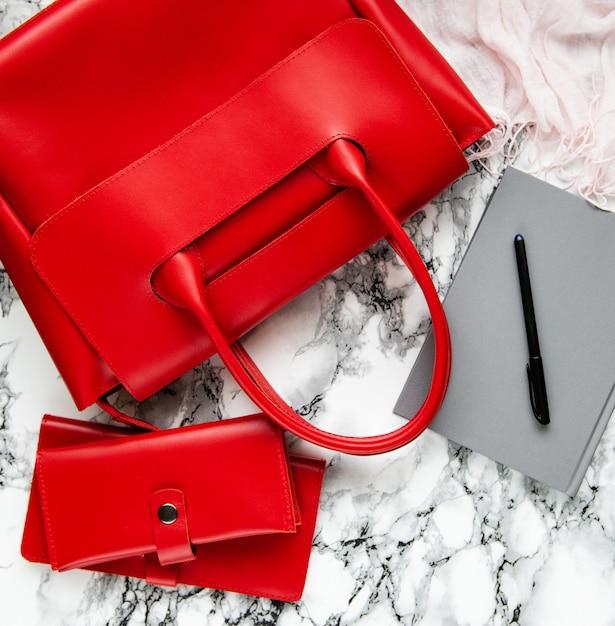 Sac En Cuir Rouge Et Accessoires Photo Premium
