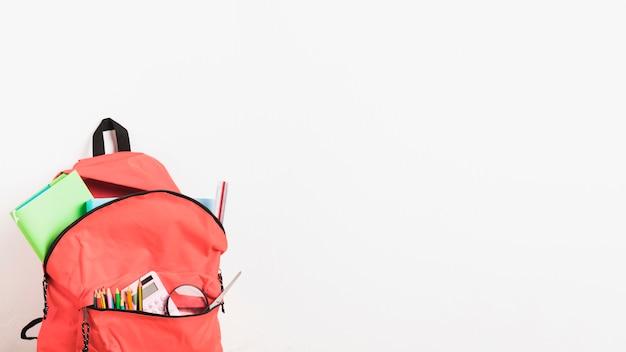 Sac à Dos Avec Des Fournitures Scolaires Sur Fond Blanc Photo gratuit