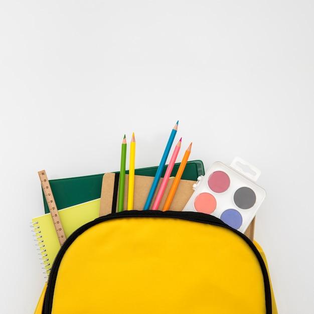Sac à dos ouvert avec accessoires d'école Photo gratuit