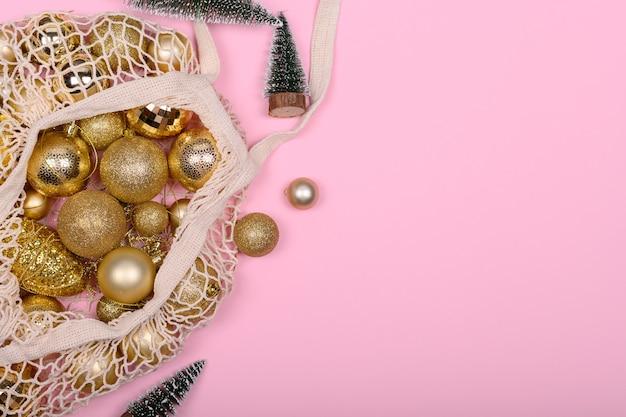 Sac écologique Avec Des Boules De Noël Dorées Et Arbre De Noël Sur Fond Rose Photo Premium